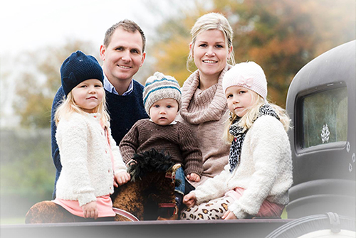 Eriksgarden-Familjen-med-bil