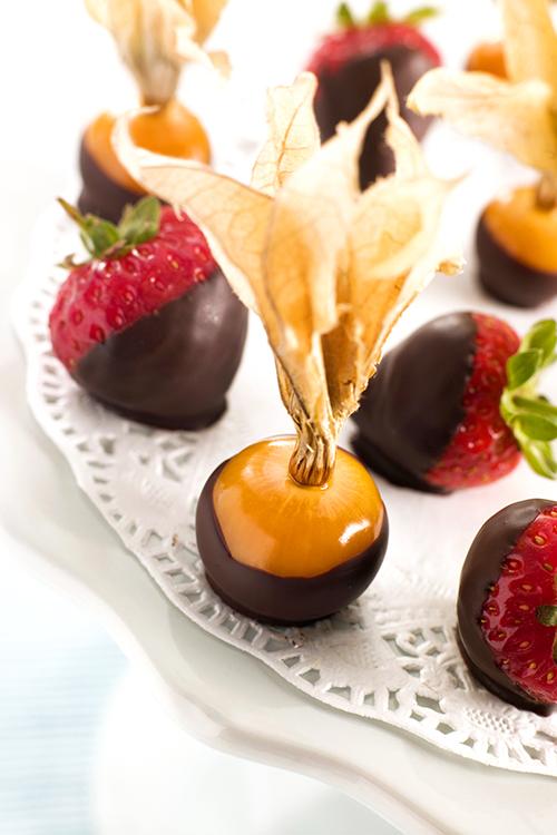 Chokladdoppade-physalis-och-jordgubbar-