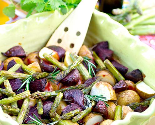 ungsbakad-potatis-m-rosmarin,-sparris-och-rodbetor