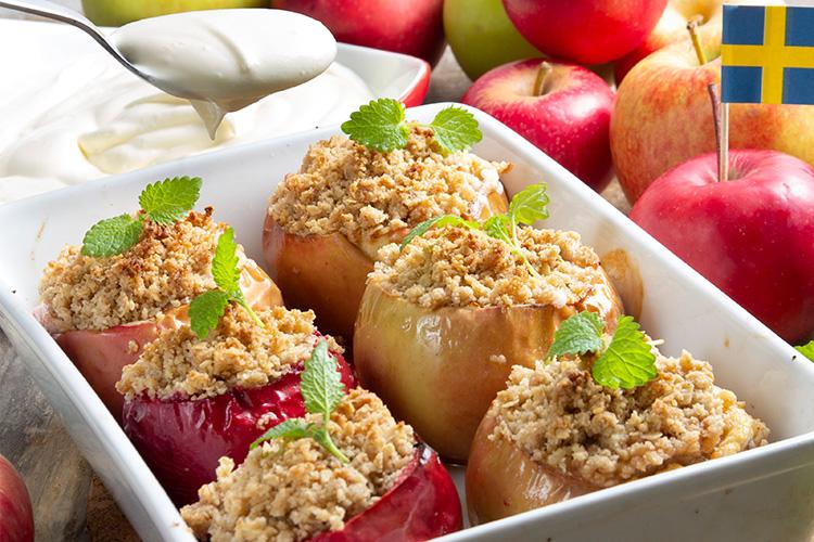Bakade kaneläpplen med smultäcke liggande