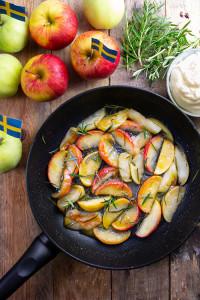 smorstekta-applen-med-rosmarin-honung