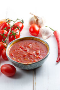 het rod tomat och chilisas med färska tomater chili och vitlok
